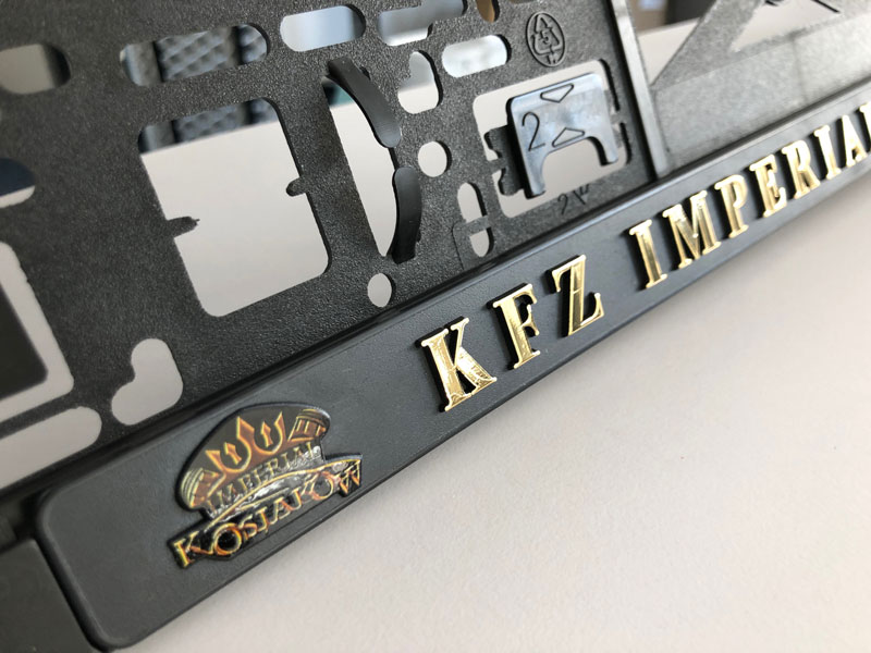 UV-Digitaldruck mit Lack. 3D-Schrift in gold